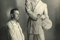 Sochař Karel Otáhal ve svém ateliéru.