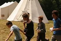 V indiánských týpí, s vůní ohně, slunce a lesa prožívají skauti ze Senetářova a z Kotvrdovic dva prázdninové týdny.