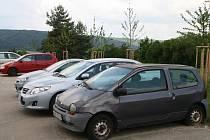Auta v ulicích Blanska. Místní o vozech tvrdí, že jsou dlouhodobě nepojízdné.