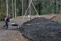 V minulosti několik pokusů, jak pohybu strusky do podzemí zabránit, ztroskotalo. Dvě hrázky za přepadem, odkud tekla voda z čističky, místo strusky zachytávaly spíše kaly odpadních vod a velmi rychle se ucpaly.