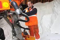 Silničáři na Blanensku mají na údržbu silnic dva nové sypače a bezmála dva a půl tisíce tun soli. Loňská zima je vyšla na jednatřicet milionů.