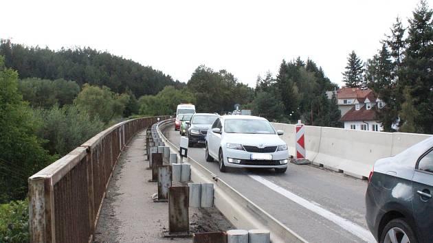 Po podepřeném mostě v Černé Hoře ve středu projela první auta.