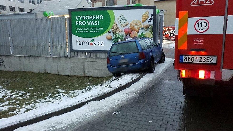 V blanenské ulici Svitavská ve středu hasiči před sedmou ráno vytahovali navijákem auto, které po havárii hrozilo, že sjede mimo cestu.
