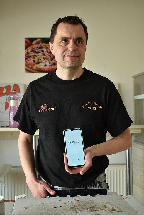 Maxijedlík Jaroslav Němec slupl půlmetrovou pizzu. Za devět minut.