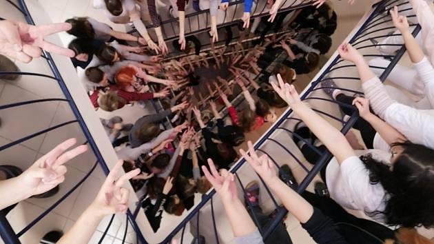 Studenti vytvořili společné foto s véčky.