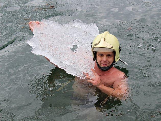 Při šestém ročníku otužileckého plavání v Šošůvce si v tamním lomu zaplavalo šestačtyřicet mužů a žen.