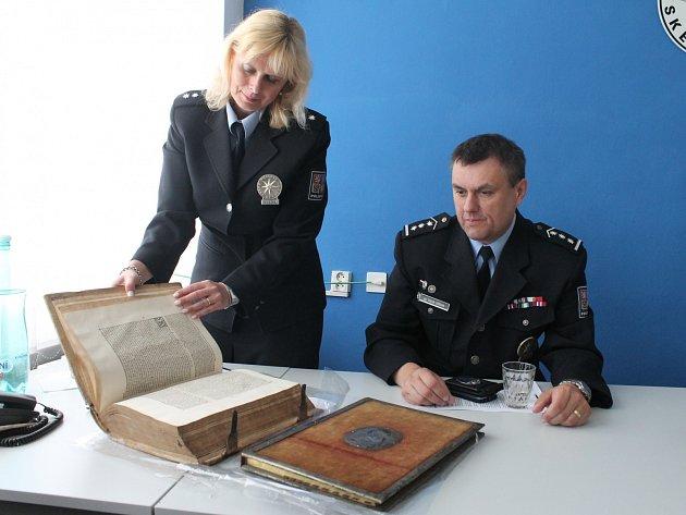 Některé z nalezených historických knih, které zmizely z křtinské fary.