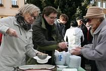 Rozdávání vánoční polévky v Boskovicích. Ilustrační foto.