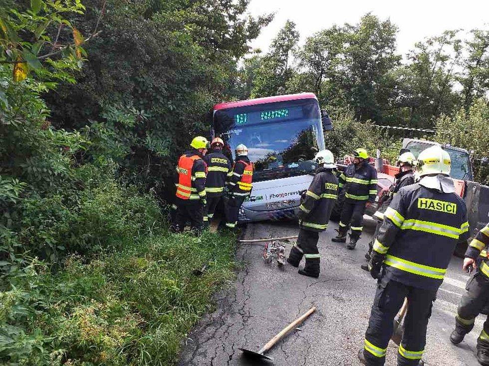 Na úzké silnici u Bukoviny na Blanensku hrozilo převrácení autobusu, cestující vyvázli bez zranění.
