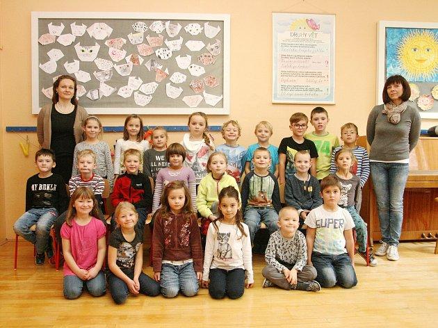 Žáci 1.B ze ZŠ Lysice spaní učitelkou Zitou Stloukalovou a paní asistentkou Janou Stiborovou.