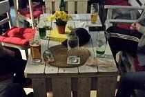 Otevřený lokál a více než deset hostů popíjí alkohol. Takový obrázek se minulý čtvrtek večer naskytl policejní hlídce ve vinotéce v jedné z obcí na Blanensku. Majitelka nerespektovala nařízení ohledně epidemie koronaviru a měla i přes zákaz otevřeno.
