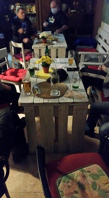 Otevřený lokál a více než deset hostů popíjí alkohol. Takový obrázek se minulý čtvrtek večer naskytl policejní hlídce ve vinotéce vjedné zobcí na Blanensku. Majitelka nerespektovala nařízení ohledně epidemie koronaviru a měla ipřes zákaz otevřeno.