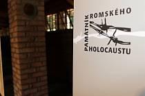 Muzeum romské kultury pořádá pietní shromáždění k uctění obětí holocaustu z bývalého cikánského tábora Žalov. Letos otevřeli první část nového památníku – zrekonstruovaný dřevěný barák.