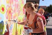 Děti malovaly na zdi trafostanice v centru Blanska květy