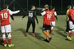Čtvrteční večerní utkání v Malé Roudce provázel silný ledový vítr a teplota jen pár stupňů nad nulou. Zima hráčům nevadila a předvedli řadu pohledných akcí.
