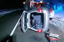 U Olešné bourala na namrzlé silnici dvě auta. Jedno narazilo do hasičské cisterny.