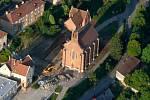 Letecký pohled na Adamov a kostel svaté Barbory. Ilustrační foto.
