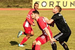 Blanenští fotbalisté (v červeném) doma porazili Třinec 2:0, nyní s ním 0:2 prohráli na jeho hřišti. Ilustrační foto.