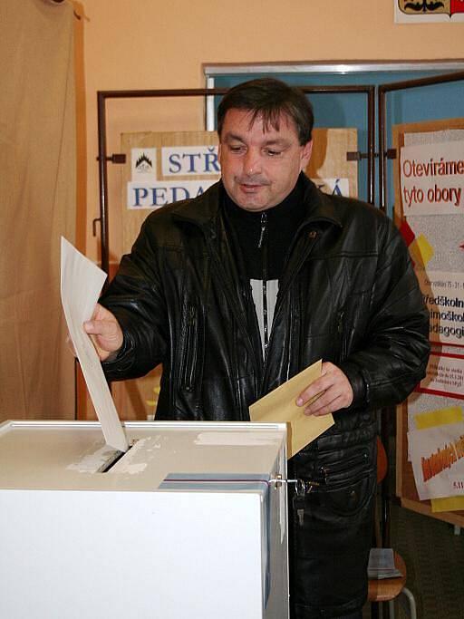 Na střední pedagogické škole v Boskovicích hodil do volební urny své hlasovací lístky v pátek krátce po druhé hodině také starosta Boskovic Jaroslav Dohnálek.