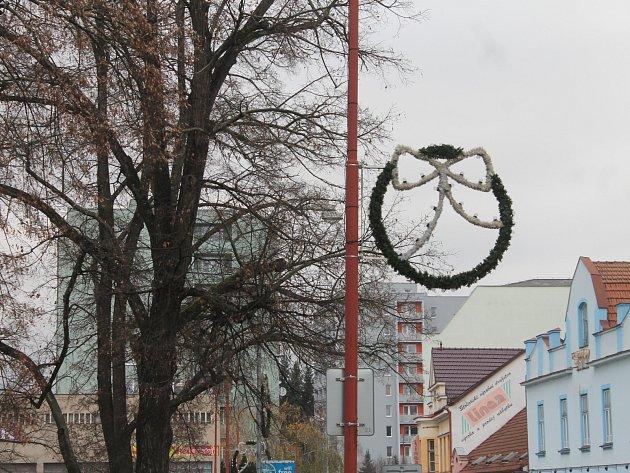 Blanenští už začali s intalací vánoční výzdoby. Vše bude připravené do osmadvacátého listopadu, kdy na náměstí Republiky rozsvítí vánoční strom. Letos s novou světelnou výzdobou.