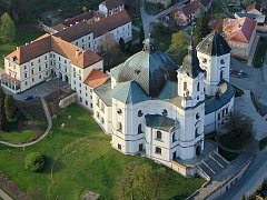 Velkolepý barokní chrám ve Křtinách na Blanensku je známým poutním místem. Na jeho hlavním oltáři stojí kamenná soška Panny Marie, která se podle pověsti měla v roce 1210 zjevit v sousední Bukovince.