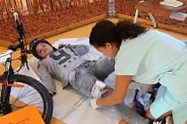 Při příležitosti Světového dne srdce v pondělí v blanenské nemocnici uspořádali školení první pomoci pro veřejnost. Různé situace si zájemci mohli vyzkoušet na vlastní kůži.