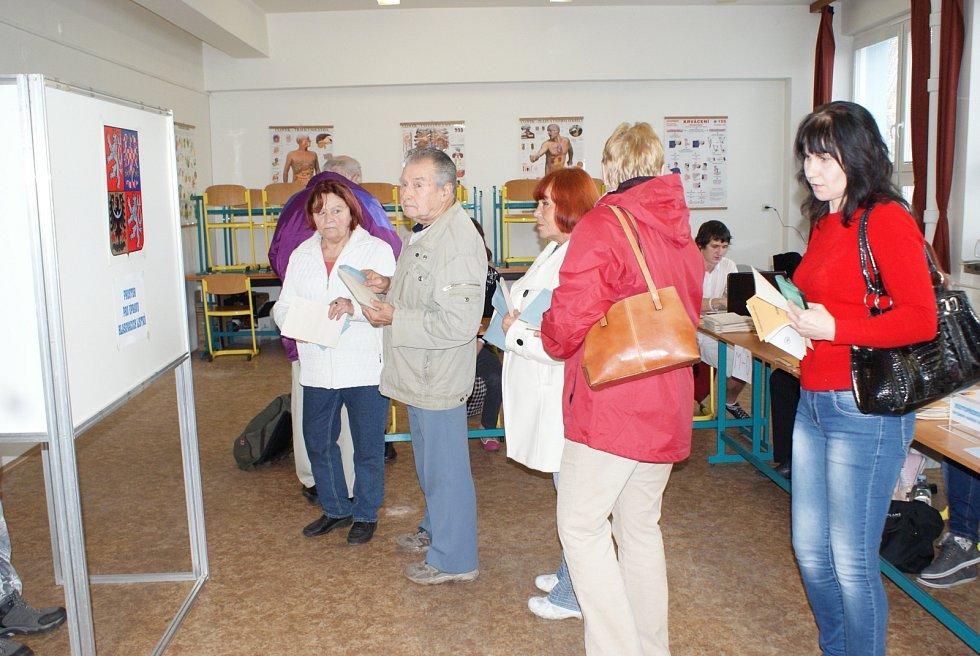 Několik volebních okrsků je v Blansku v budově střední školy v Bezručově ulici. Hned po otevření volebních místností tam proudily davy lidí.