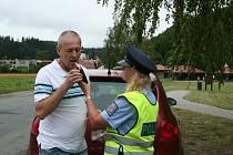 Řídím, piju nealko. Akce, při níž policisté kontrolují, zda řidiči před jízdou nepili alkohol. Bezproblémovým motoristům pak rozdávají nealkoholické nápoje a alkohol testery. Ve středu ve Sloupu zastavili sedmadvacet aut.