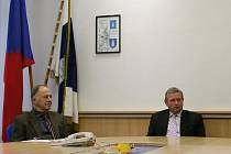 Neuvolněný starosta Blanska Jaromír Roučka (vlevo) a starosta Lubomír Toufar.