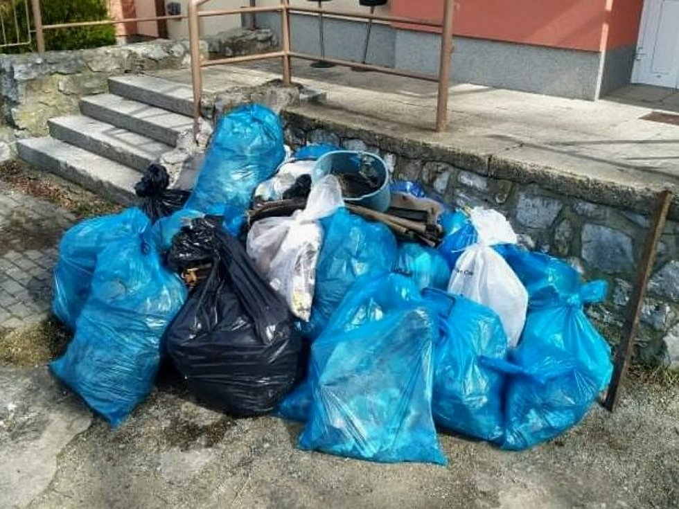 Do jarního úklidu se zapojili dobrovolnici i v Ostrově u Macochy.