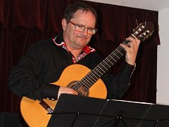 Kytarista Miloš Pernica a jeho hosté koncertovali v úterý večer v Dělnickém domě v Blansku.