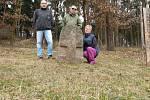 Nedaleko obce Pyšel na Třebíčsku jsou dva křížové kameny. Připomínají dávnou tragédii. Kameny si vyfotografoval Zdeněk Přibyl, který se cestám za nevšedními památkami věnuje posledních šest let.