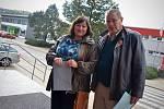 Primář gynekologicko-porodnického oddělení Nemocnice Boskovice a kandidát do senátu Jan Machač přišel na boskovickou Střední školu André Citroëna volit v pátek přesně ve dvě hodiny odpoledne. I se svou manželkou.