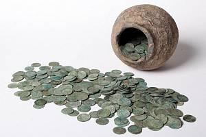 Dlouhá staletí odpočíval ukrytý pod zemí. Stříbrný poklad. Keramická nádoba napěchovaná stříbrnými mincemi ze druhé poloviny 11. a počátku 12. století.