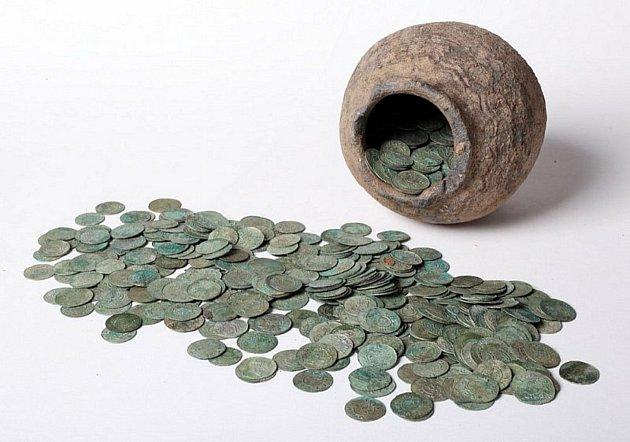 Dlouhá staletí odpočíval ukrytý pod zemí. Stříbrný poklad. Keramická nádoba napěchovaná stříbrnými mincemi ze druhé poloviny 11.a počátku 12.století.
