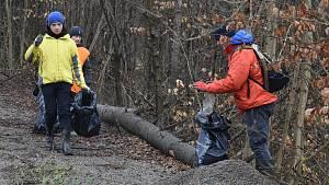 Dobrovolníci sbírali v sobotu odpadky v Moravském krasu na Blanensku. Zaměřili se na okolí silnic.