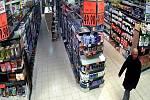 Na Blanensku a v regionu Brno - venkov řádí zloděj, který využívá nepozornosti nakupujících v supermarketech. V dosud nahlášených případech se zaměřil v obchodech zejména na důchodkyně.