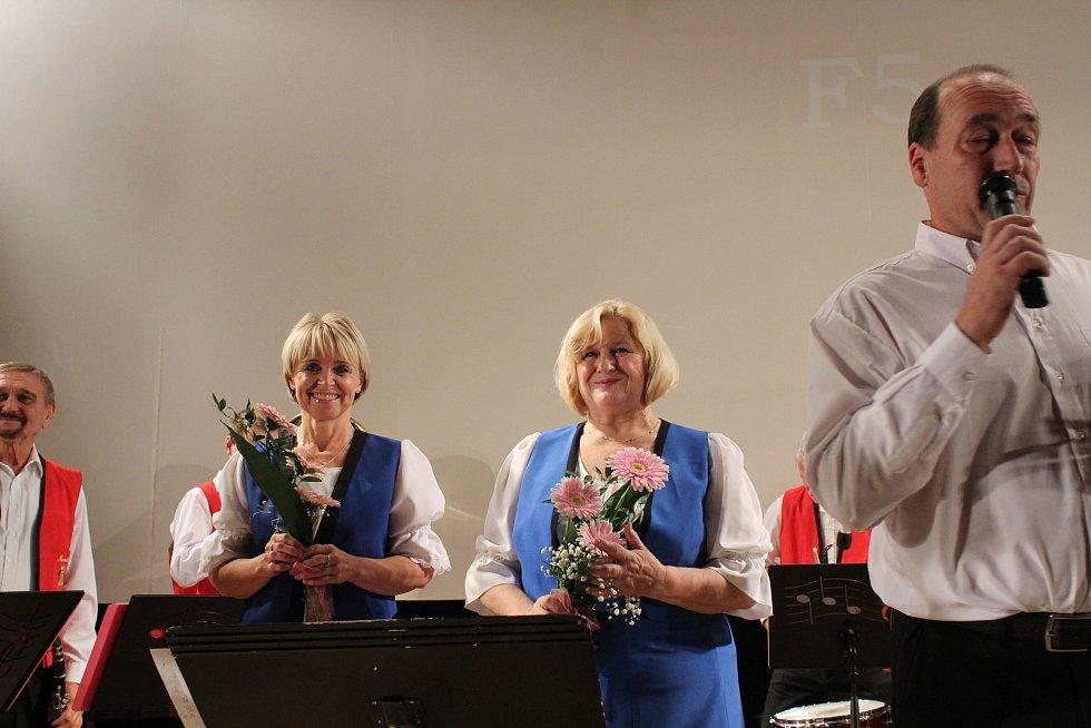 Nedělní odpoledne patřilo v Jedovnicích dechové hudbě.