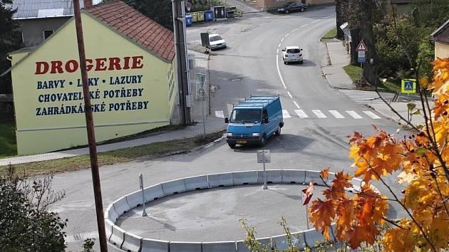 Kruhový objezd v Jedovnicích.