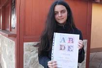 Kateřina Látalová s diplomem vítězky krajského kola olympiády ve francouzském jazyce.