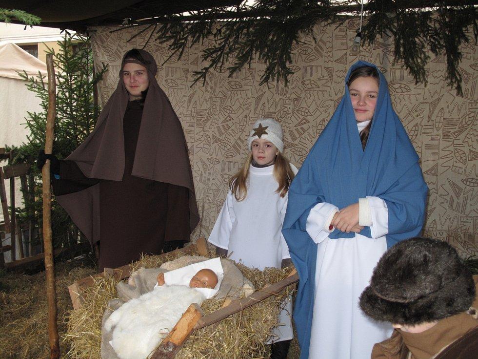 V pátek na jarmarku byly Vánoce na boskovickém náměstí už cítit ze všech stran. Lidé se těšili z příjemné atmosféry, ze vzájemných setkání i bohatého doprovodného programu. Vybrat si mohl každý, od dětí po nejstarší generaci.