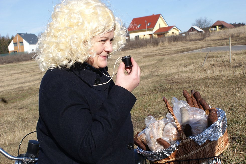 Letošní ostatkový průvod v blanenské části Těchov měl jako téma československý film.