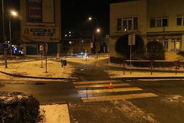 Po nezodpovědném řidiči, který v Blansku srazil před kruhovým objezdem chodkyni a z místa nehody ujel, nyní pátrají tamní policisté.