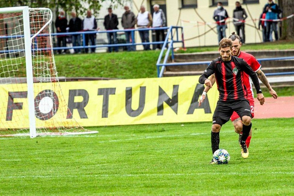 Blanenští fotbalisté (v červeném) na domácím hřišti na Viktorii Žižkov o gól nestačili.