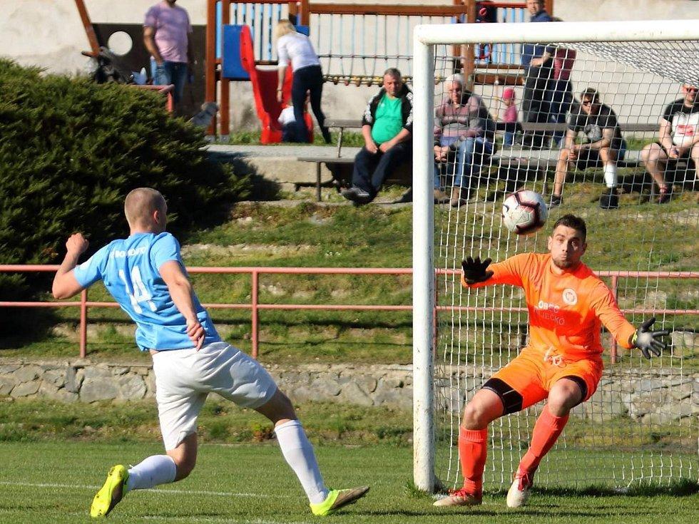 V okresním derby krajského přeboru fotbalisté Boskovic (modré dresy) podlehli Olympii Ráječko 0:2.