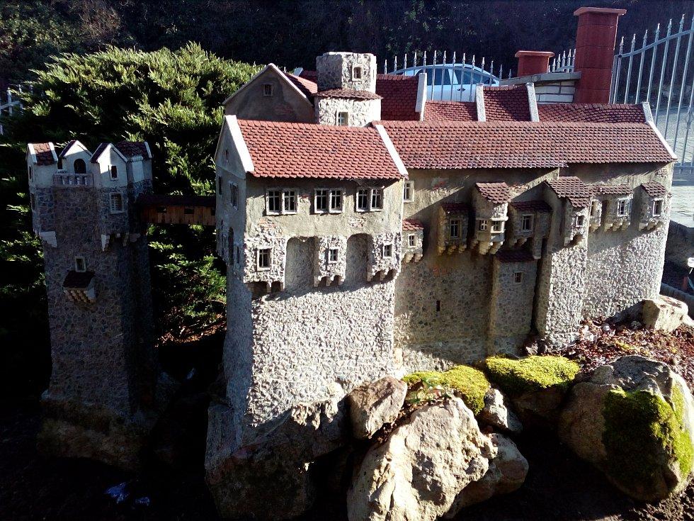 Na své přezahrádce postavil Miloš Buřt věrné kopie hradů Bouzova a Pernštejna.