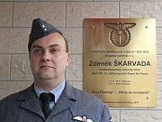 Pilot Britského královského letectva Zdeněk Škarvada by se 8. 11. 2017 dožil sta let. V jeho rodné Olešnici na jeho počest odhalili u vchodu základní školy pamětní desku
