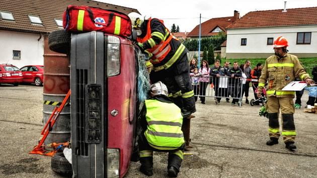Krajská soutěž hasičů ve vyprošťování osob z havarovaných vozidel.