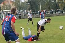 Fotbalisté Blanska (v modrém) remizovali s Uherským Brodem 0:0.