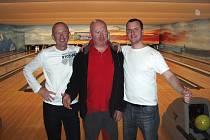 Bowlingový tým Stíny Blansko (zleva Vlastimil Chládek, Václav Chládek a Vlastimil Chládek ml.) si zahrají na mistrovství republiky Amatérské bowlingové ligy v Pardubicích.